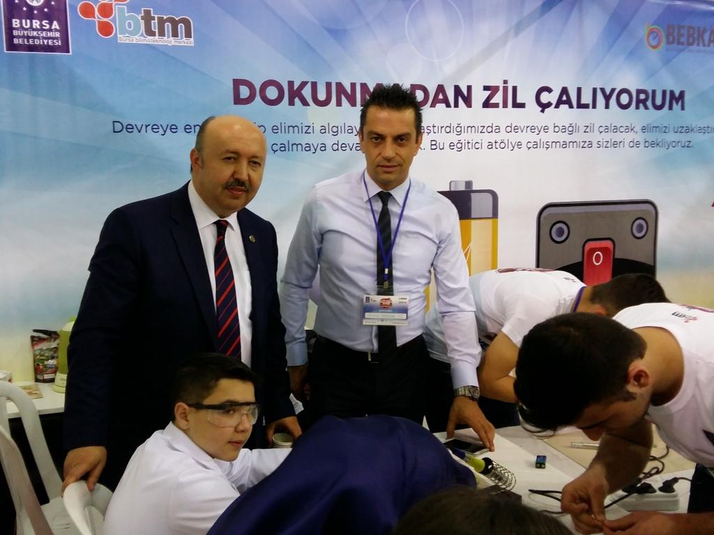 Bursa Büyükşehir Belediyesi, Türk Havayolları ve BEBKA iş birliğiyle Bursa Bilim Teknoloji Merkezi'nin ev sahipliğinde düzenlenen Türk Hava Yolları Bilim Şenliği TÜYAP Fuar Alanı'nda başladı. Akınsoft firmasının robotları tarafından açılış sunumu gerçekleşen bilim şenliği 7 Mayıs tarihine kadar ziyarete açık olacak. Bu yıl 3 bin 500 kişinin aynı anda yapacağı bilimsel atölye çalışmaları ile 'dünya rekoru' kırmaya hazırlanan şenlik, 2 bin 900 kişiyle Avusturalya'ya ait olan rekoru ülkeye kazandırmayı hedefliyor. Enerji verimliliği teması ile gerçekleştirilen programda 102 bin lira ödüllü yarışmaya bir 100 başvuru yapıldı. Finale kalan 50 proje şenliğin sonuna kadar fuar alanında beğeniye sunulacak.…