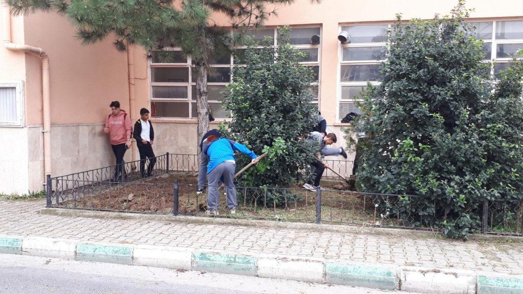 Amp-11A Sınıfı öğrencileri ile ön bahçe temizliği yapıldı… Amp-11A sınıfı öğrencilerimize teşekkür ediyoruz……