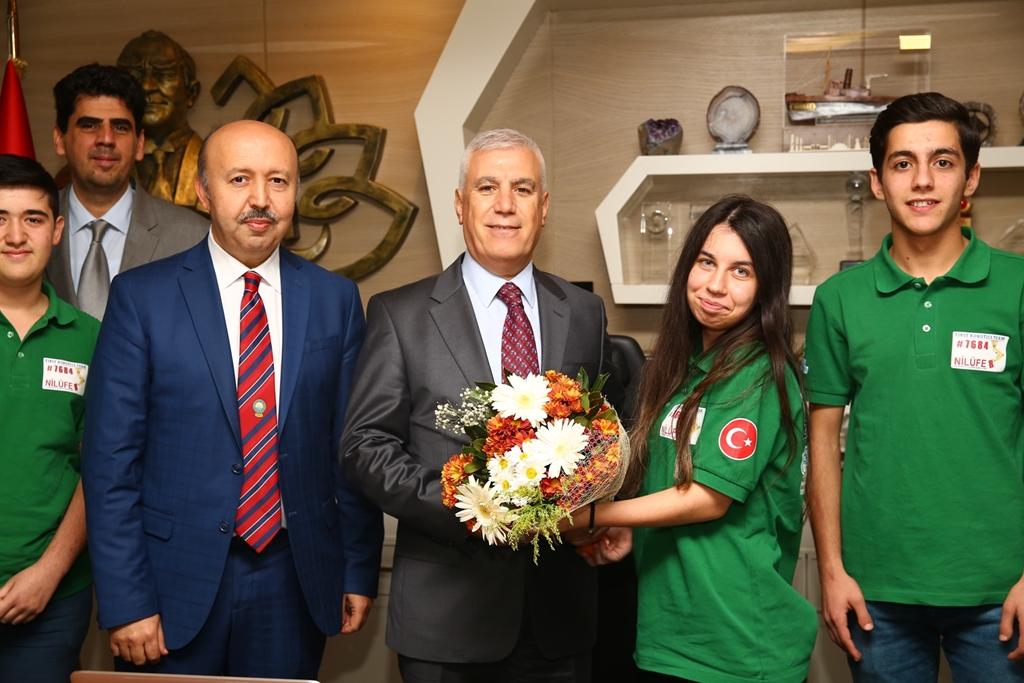 """First Robotics Competition (FRC) yarışlarının Türkiye ayağında, Nilüfer Belediyesi'nin de destekleriyle """"First Nilüfer Team"""" adıyla Bursa'yı başarıyla temsil eden öğrencilerimiz, okul müdürü Ömer Pınarlı, Elektrik-Elektronik Teknolojisi öğretmenleri Rüştü Çakır ve Taner Ünal ile birlikte Nilüfer Belediye Başkanı Mustafa Bozbey'i ziyaret etti. Öğrenci ve öğretmenleri emeklerinden dolayı kutlayan Nilüfer Belediye Başkanı Mustafa Bozbey, başarılarının artarak devam etmesini diledi. Başkan Bozbey, """"İlerde sizleri daha iyi yerlerde görmek istiyoruz. Emeğinizin ve beyin üretiminizin karşılığını mutlaka alacaksınız. Sizler, inanıyorum ki üreteceğiniz değerlerle birlikte katma değeri yüksek ürünler de üreterek, bu ülkenin geleceğine imza atacaksınız. Bu ülke, işte o zaman Mustafa Kemal Atatürk'ün dediği gibi muasır medeniyet seviyesine büyük anlamda ulaşır. Bunu sizlerden bekliyoruz ve size güveniyoruz. Bizler de elimizden gelen desteği vermeye hazırız"""" şeklinde konuştu. Okul müdürümüz Ömer PINARLI, turnuvanın Türkiye ayağına çeşitli illerden 64 takımın katıldığını belirtti. 19-22 Ekim Fenerbahçe Ülker Sports Arena'da gerçekleştirilen yarışmada, Nilüfer Belediyesi'nin de destekleriyle Makina, Elektrik-Elektronik, Tesisat ve İklimlendirme, Endüstriyel Otomasyon Bölümü öğrenci ve öğretmenlerinden oluşan """"First Nilüfer Team"""" adıyla Bursa'yı temsil eden tek takım olduğumuzu ifade ederek, desteklerinden dolayı Nilüfer Belediye Başkanı Mustafa Bozbey'e teşekkür etti.  Basında ziyaretimiz; http://www.nilufer.bel.tr/haber-5879-liseli_genclerin_basarisi_bozbeyi_gururlandirdi_#PopupGoster[popup]/0/ http://www.milliyet.com.tr/liseli-gencler-basarilarini-bozbey-le-bursa-yerelhaber-3157050/ https://www.haberturk.com/bursa-haberleri/64722019-liseli-gencler-basarilarini-bozbeyle-paylasti …"""