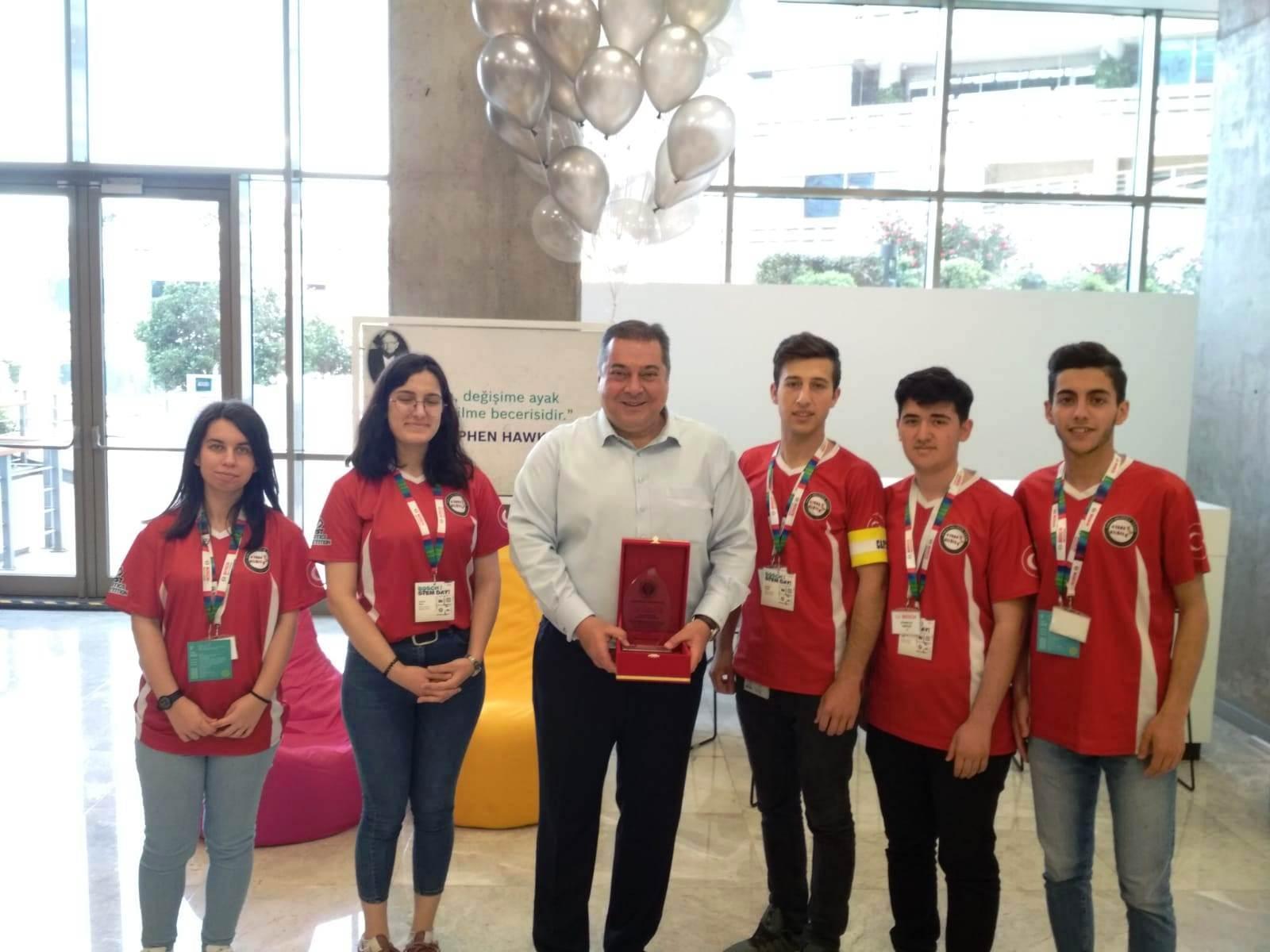 22 Mayıs 'ta gerçekleşen Bosch STEM Day'de lise ve üniversite öğrencilerini Küçükyalı Genel Merkezinde ağırladı. Bosch Türkiye ve Orta Doğu başkanı Steven Young ve İstanbul Bosch 'dan Gökhan Tunçdöken 'ın da konuşmacı olarak katıldığı etkinlik, öğrencilerin kafalarında farklı bir ufuk açtı. Üniversite ve lise öğrencileri ile firmanın yetkili isimlerini bir araya getirdikleri etkinlikte, farklı çalışmalarla iş birliğinin, proje yönetiminin ve farklı disiplinlerde iş akışının nasıl yürütüldüğü, bir firma anlayışı ile öğrencilere verildi. Verilen desteğin sürekliliği konusunda sözünü aldığımız STEM Day 'e Atatürk MTAL FRC Nilüfer Team olarak katılmaktan çok onur duyduk. Teşekkürler Bosch! …
